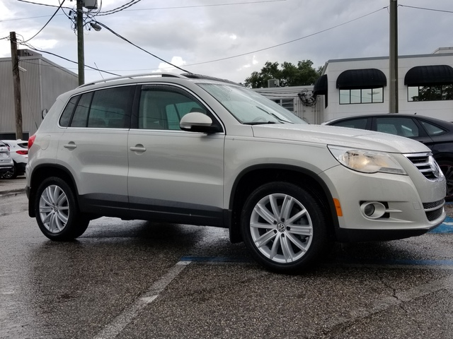 Pre-Owned 2010 Volkswagen Tiguan SE w/Leather